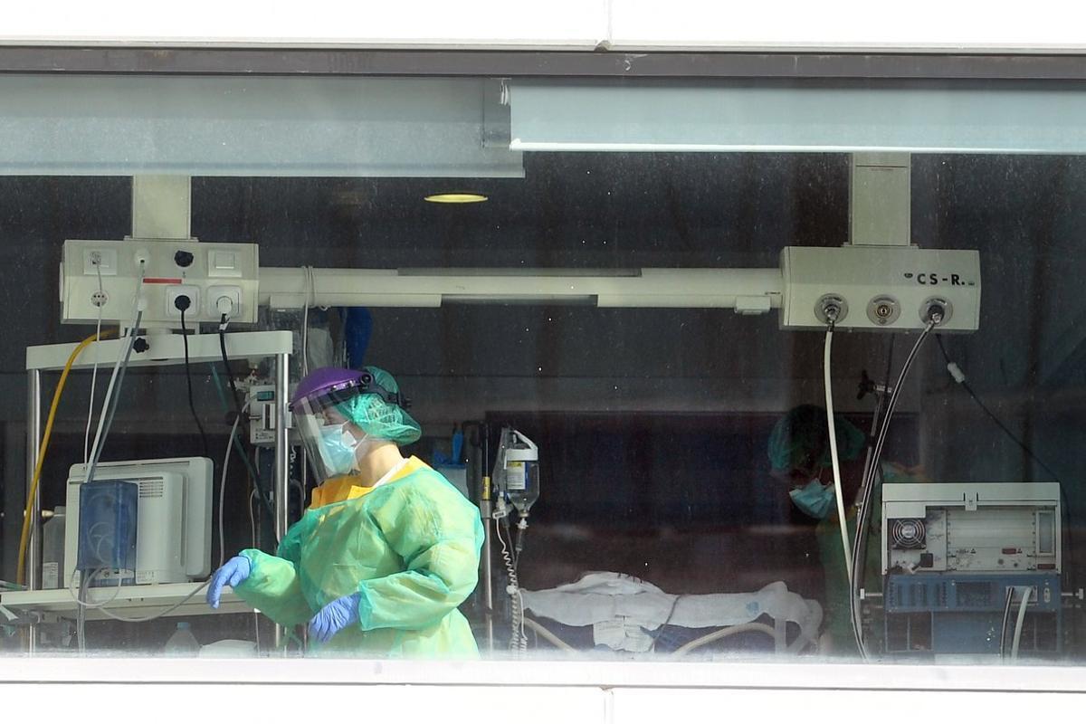 Trabajadores sanitarios del hospital de La Paz, de Madrid, donde se ha ensayado con éxito unaterapia celular de cáncer infantil en dos pacientes de covid de 60 años.