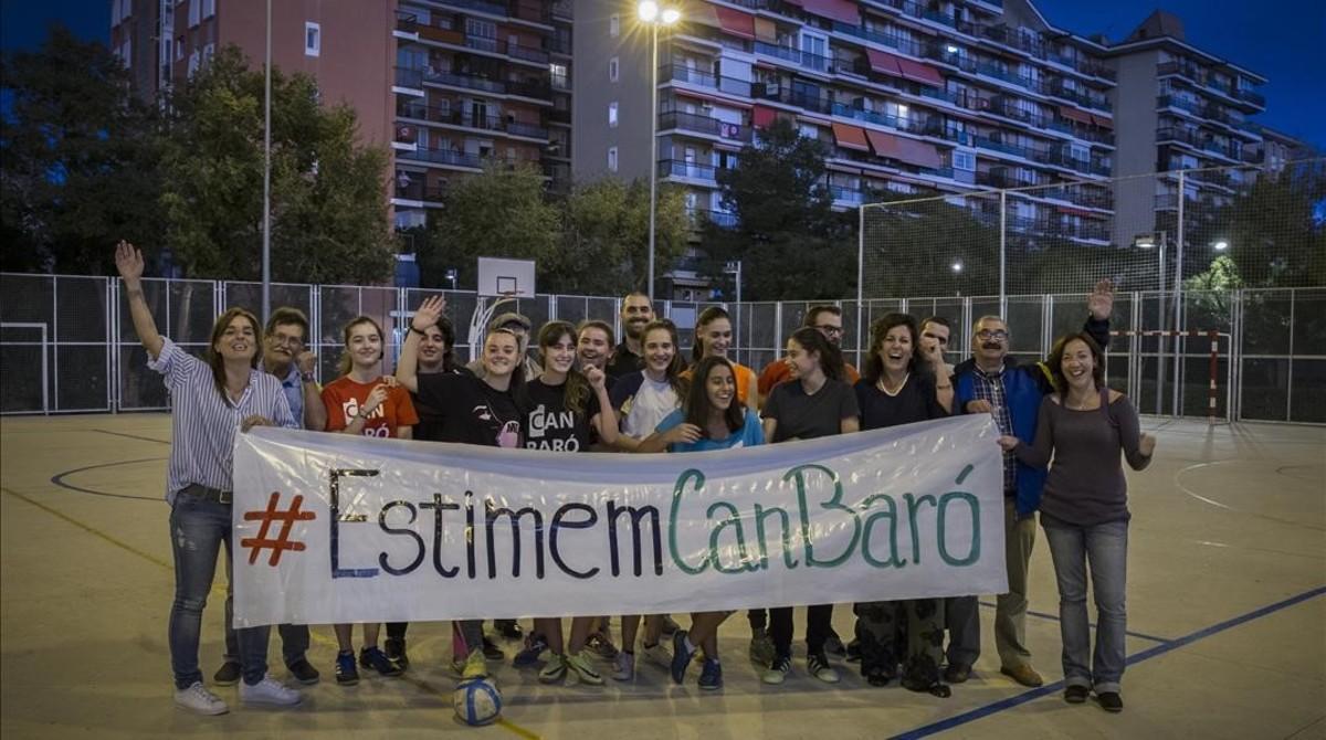 El equipo femenino de fútbol sala de Can Baró celebra la victoria en las pistas, este martes.
