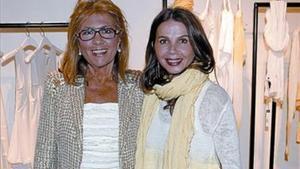 Victoria Abril posa con la diseñadora Sita Murt en la nueva tienda de la diseñadora igualadina en París, ayer.