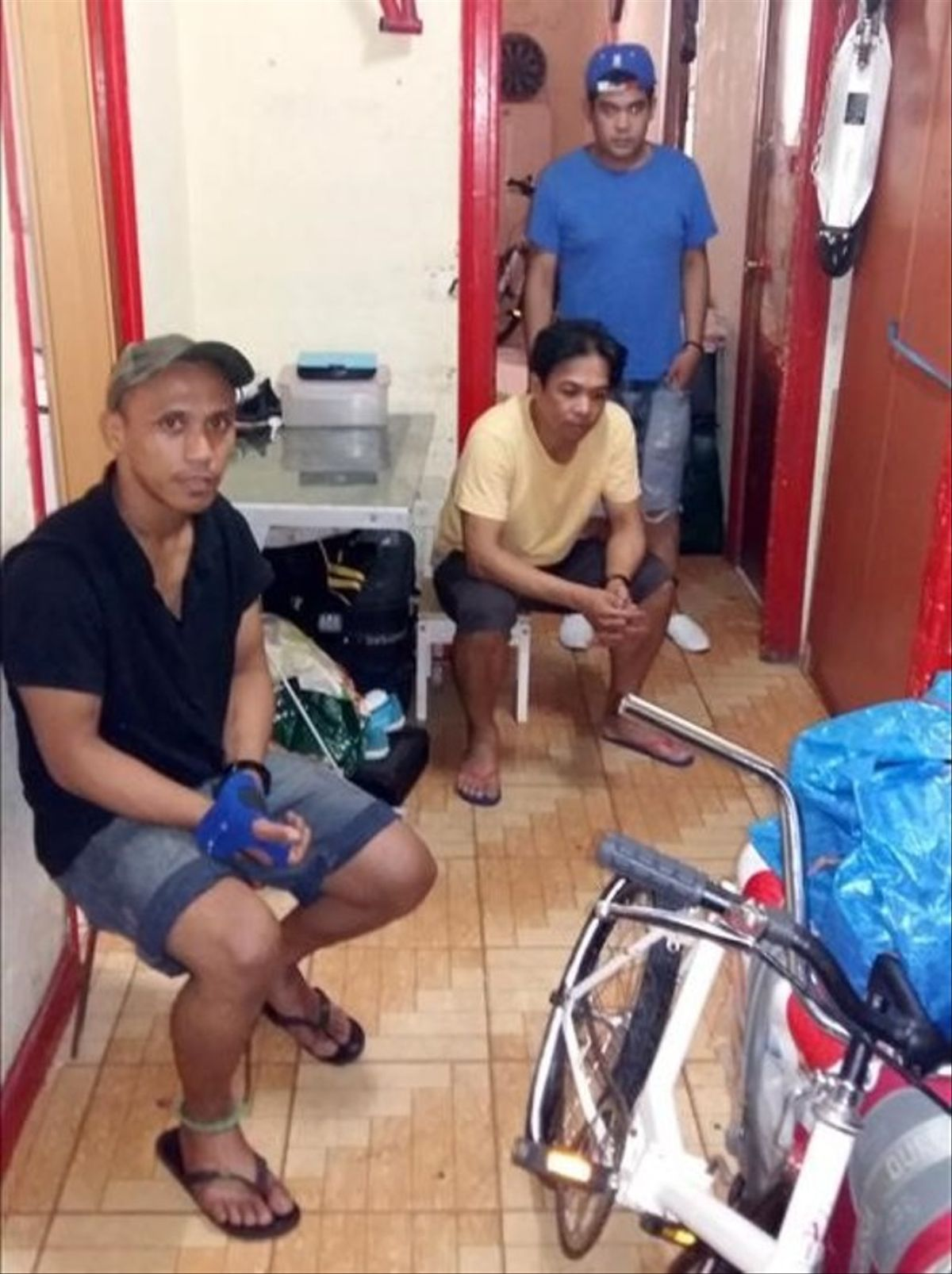 Algunos de los habitantes del piso de la calle de la Cera que estuvo a punto de ser desalojado por una empresa de seguridad privada el pasado jueves.