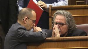El exportavoz del PDECat en el Congreso, Carles Campuzano,con el exjefe de filas de ERC, Joan Tardà, en una sesión de la Cámara baja.