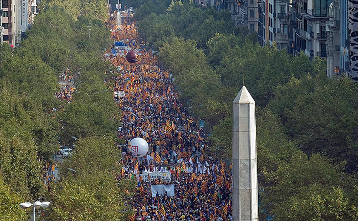 Vista de l'aglomeració de persones al passeig de Gracia durant la marxa per la independència de Catalunya.