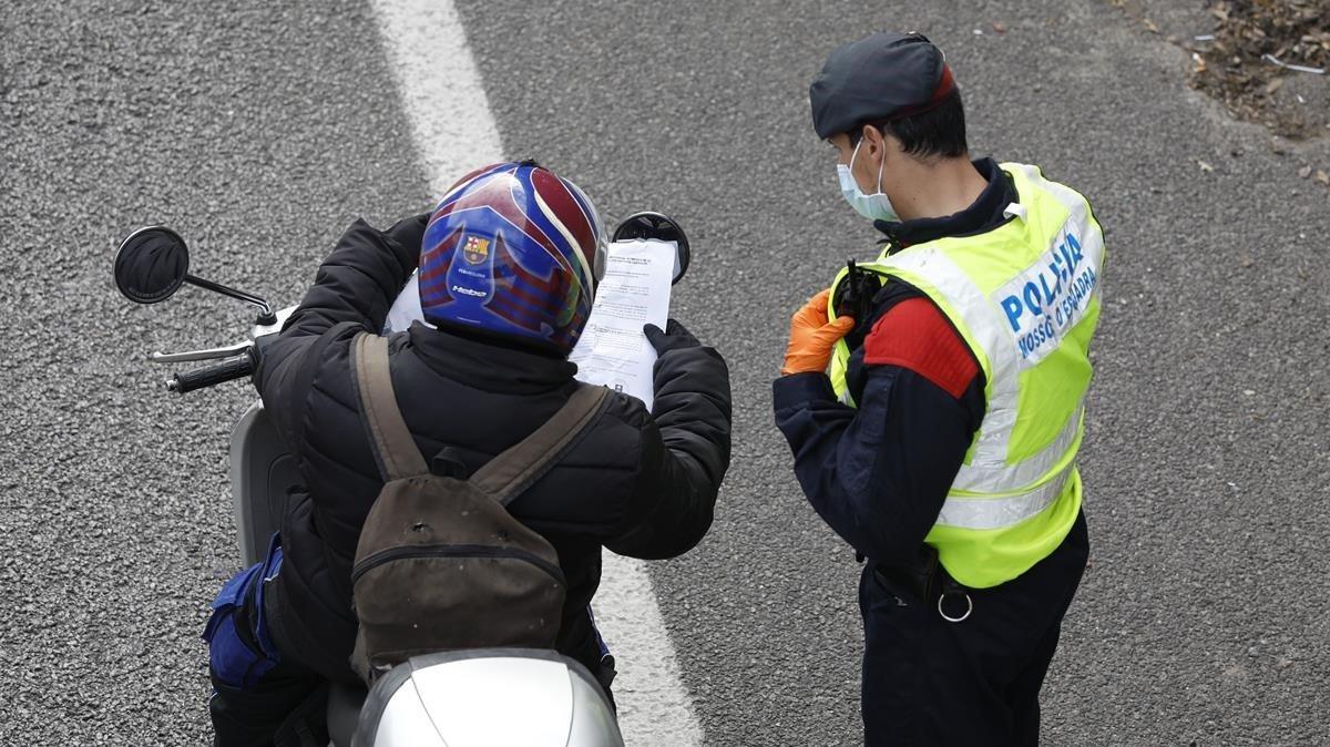 Un mosso durante un control en la Gran Vía de Barcelona, el 7 de abril pasado.