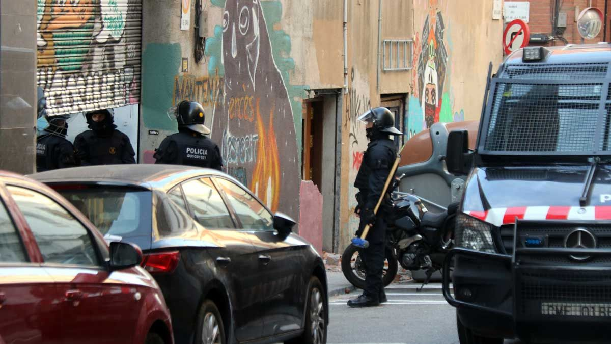 Desalojo de la casa okupa Ka la Kastanya en el barrio de Gràcia, en Barcelona.