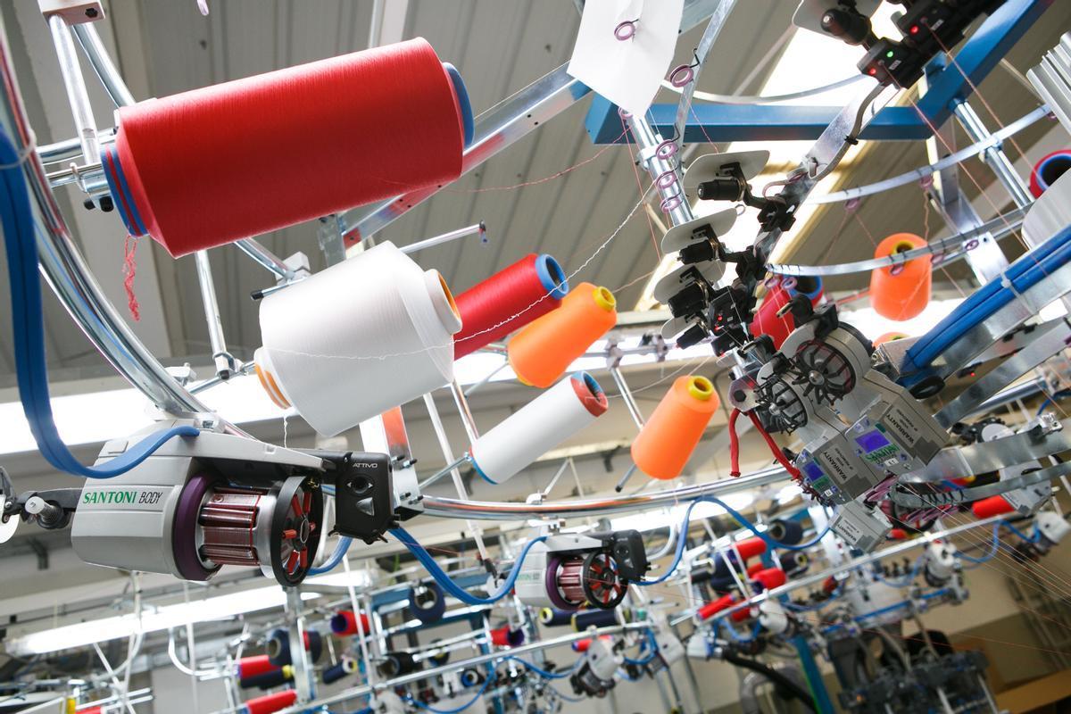 Máquinaria de tejer de la pyme Hoko Sport, en Malgrat de Mar.