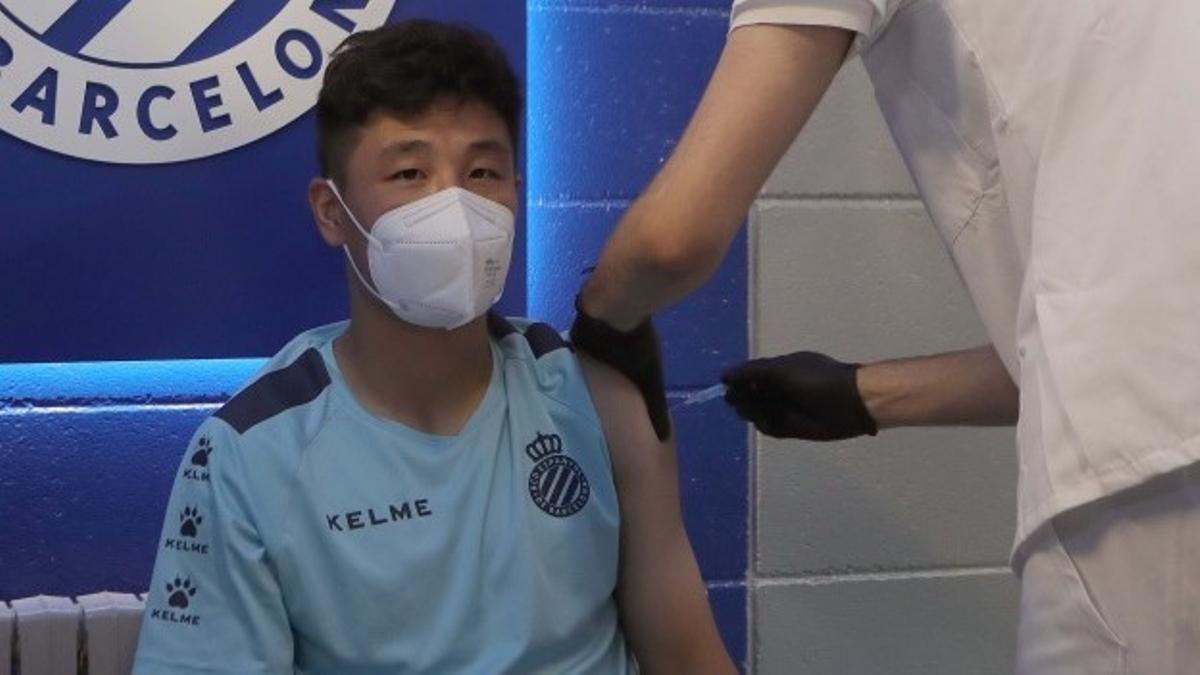 Wu Lei recibe la vacuna, este sábado en la ciudad deportiva blanquiazul.
