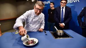 Joan Roca sirve un caldo de verduras a baja temperatura en un plato cromotérmico que cambia de color al recibir el líquido caliente.