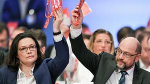 El líder de los sociademócratas alemanes,Martin Schulz, y la ministra de Empleo y Asuntos Sociales,Andrea Nahles, durante el congreso del SPDen Bonn.