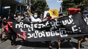 Ciudadanos birmanos participan en las protestas 'relámpago'