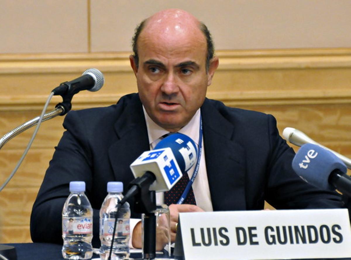 El ministro de Economía español, Luis De Guindos, durante la rueda de prensa que ha ofrecido este sábado en Tokio.
