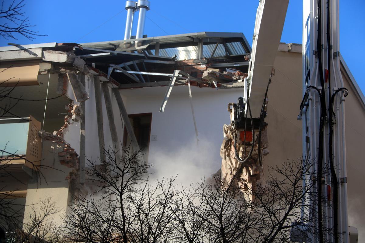 Derribo de uno de los dos edificios del barrio de Ca n'Anglada, Terrassa