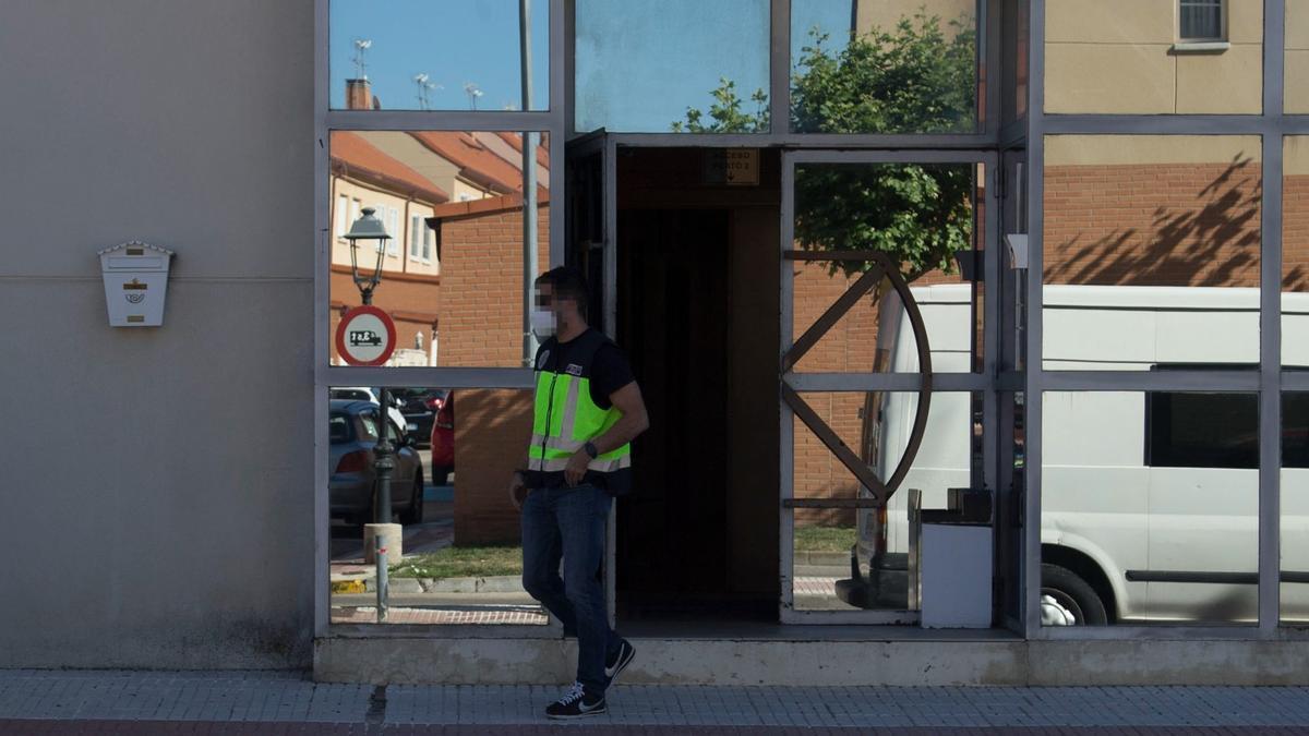José Luis Moreno pasa la noche en comisaria. En la foto, policía en los estudios de José Luis Moreno tras la detención del productor, el martes, en Madrid.