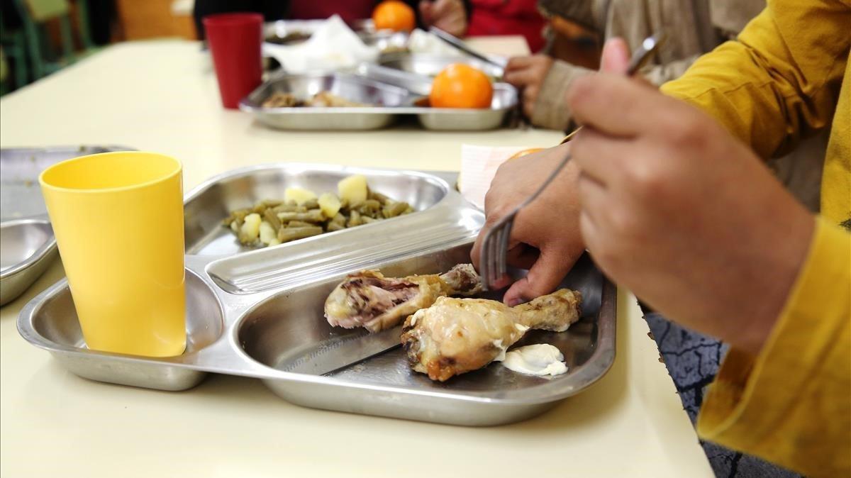 Comedor del instituto Puig Castellar de Santa Coloma de Gramenet. Ese día tocaba verdura y pollo.