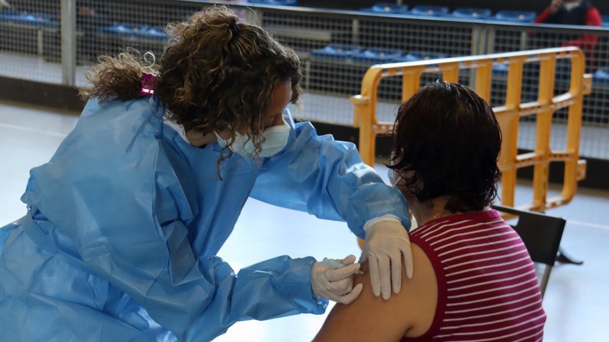 Una enfermera vacunando a una vecina de la Seu d'Urgell.
