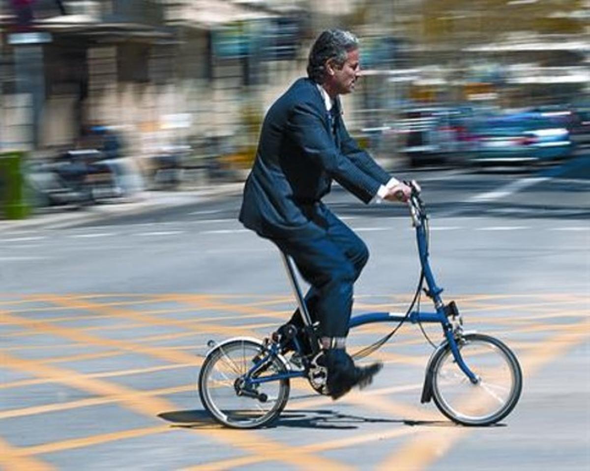 Una bicicleta plegable, el modelo más aconsejado por los expertos, ayer, en València con Sant Joan.