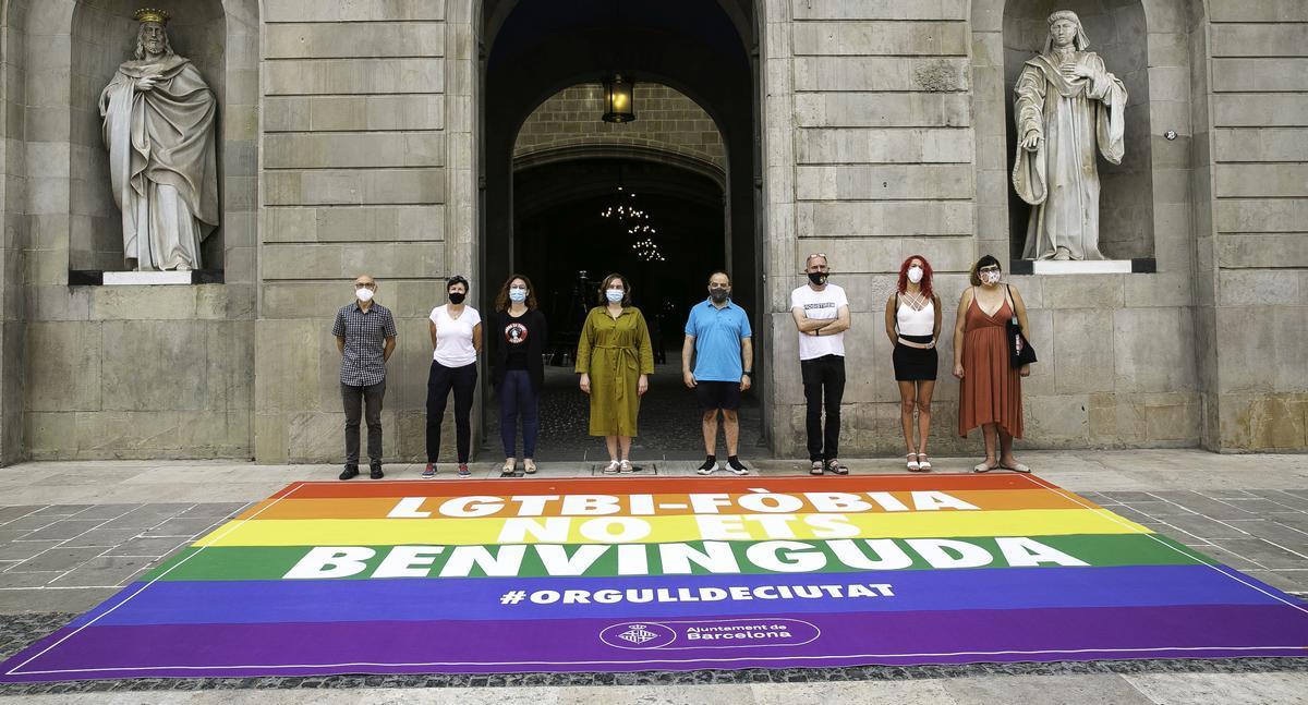 Barcelona presenta una alfombra contra el odio LGTBI.