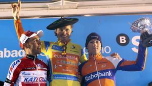 Samuel Sánchez ganador de la Vuelta al País Vasco posa en el podio junto al segundo y tercer clasificados, Joaquín Purito Rodríguez y el holandés Bauke Bollem.