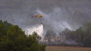 El fuego de Santa Coloma de Queralt ha arrasado ya 1.400 hectáreas. En la foto, efectivos en el incendio de Conca de Barberà.