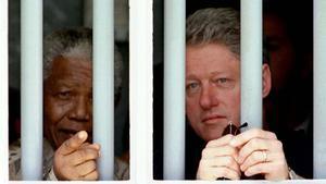 Nelson Mandela y Bill Clinton en una visita al final de los años Noventa enla celda donde el expresidente sudafricano pasó 18 años de prisión.