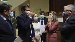 El presidente de CEOE, Antonio Garamendi (izquierda), conversa con la ministra de Trabajo, Yolanda Díaz (derecha), en los pasillos del Congreso.
