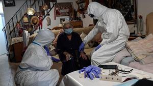 Los servicios médicos del SUMMA, en Madrid, atienden a una presunta paciente con covid-19.
