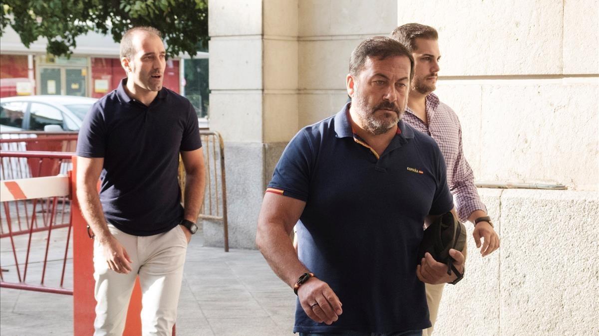 Los agentes de seguridad agredidos por el miembro de 'La manada' Ángel Boza, a su entrada en los juzgados de Sevilla, este domingo.