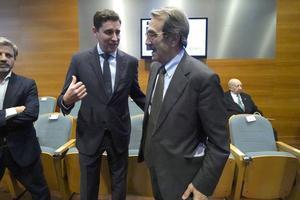 Presentación de la Fundación Ethia: Jose Luis Florez, presidente, saluda a Emilio Ontiveros, presidente de honor.
