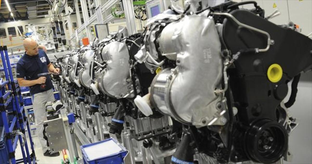 Un operario de Volkswagen trabaja en unos motores diésel en la planta de Salzgitter (Alemania).