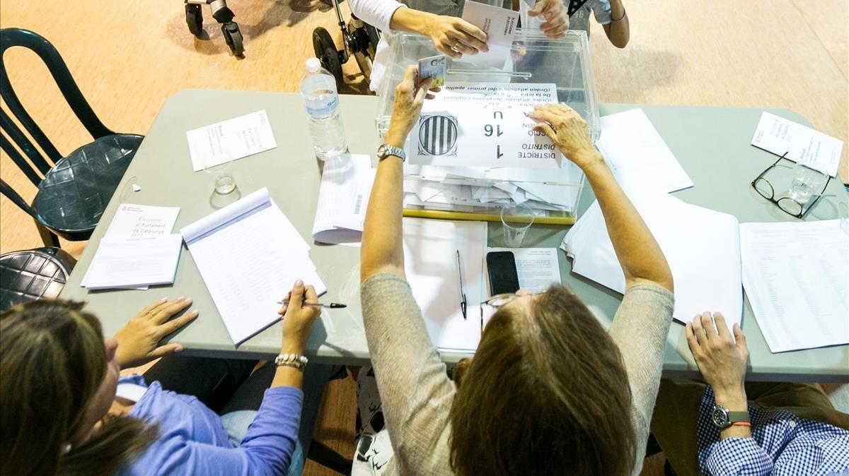 Miembros de una mesa electoral, en una imagen de archivo.