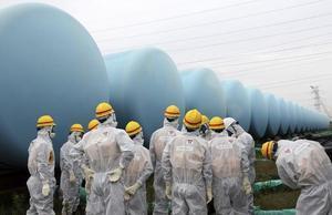 Inspectores internacionales revisan la situación de los tanques de agua en Fukushima, el pasado agosto.