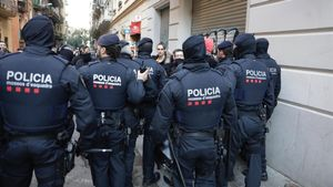 Actuación policial durante un desaoljo en Poblesec de Bacelona, en enero de 2019.