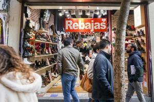 Ciudadanos en una tienda en rebajas cercana a la madrileña Puerta del Sol.