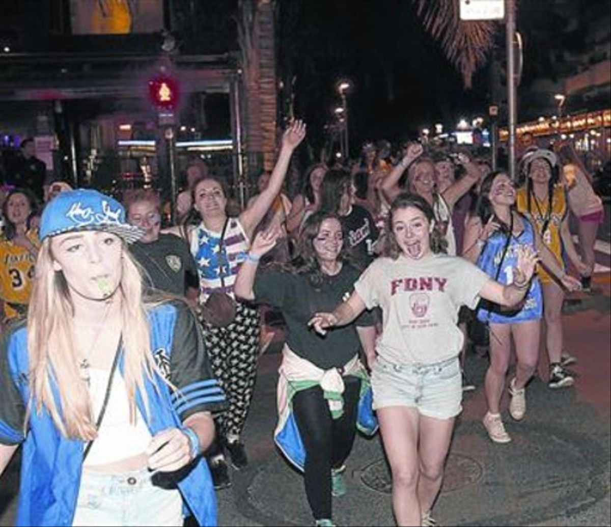 Grupo de chicas demarcha nocturnapor Salou.