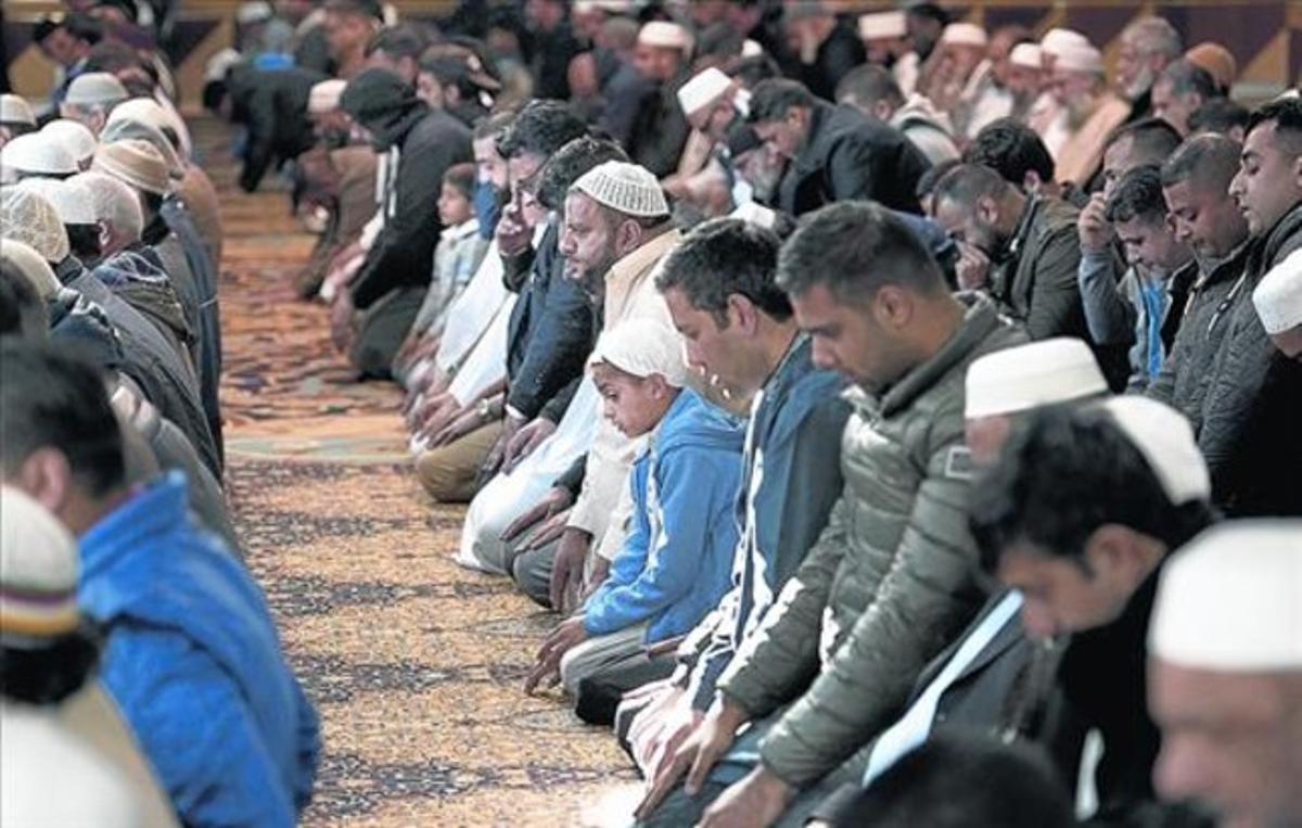 Oración en Manchester 8 Un grupo de musulmanes reza por Alan Henning, asesinado en Siria.