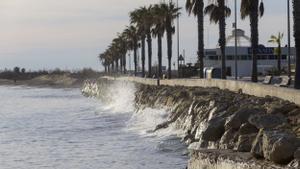 Algunos tramos de la playa del Arenal ya se han quedado sin arena
