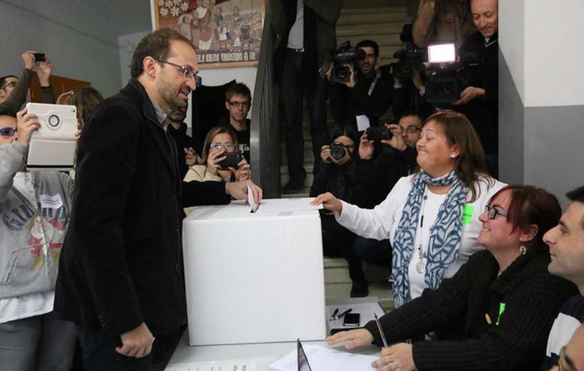 El líder de ICV-EUiA, Joan Herrera, ejerce su derecho a voto.