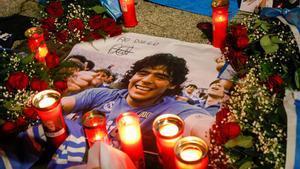 Flores y velas en recuerdo de Maradona.