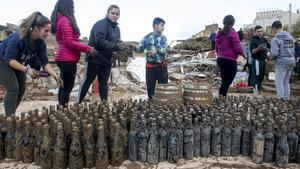 Botellas rescatadas el miércoles 23 de octubredespués de que el agua destrozara la bodega Rendé Masdéu