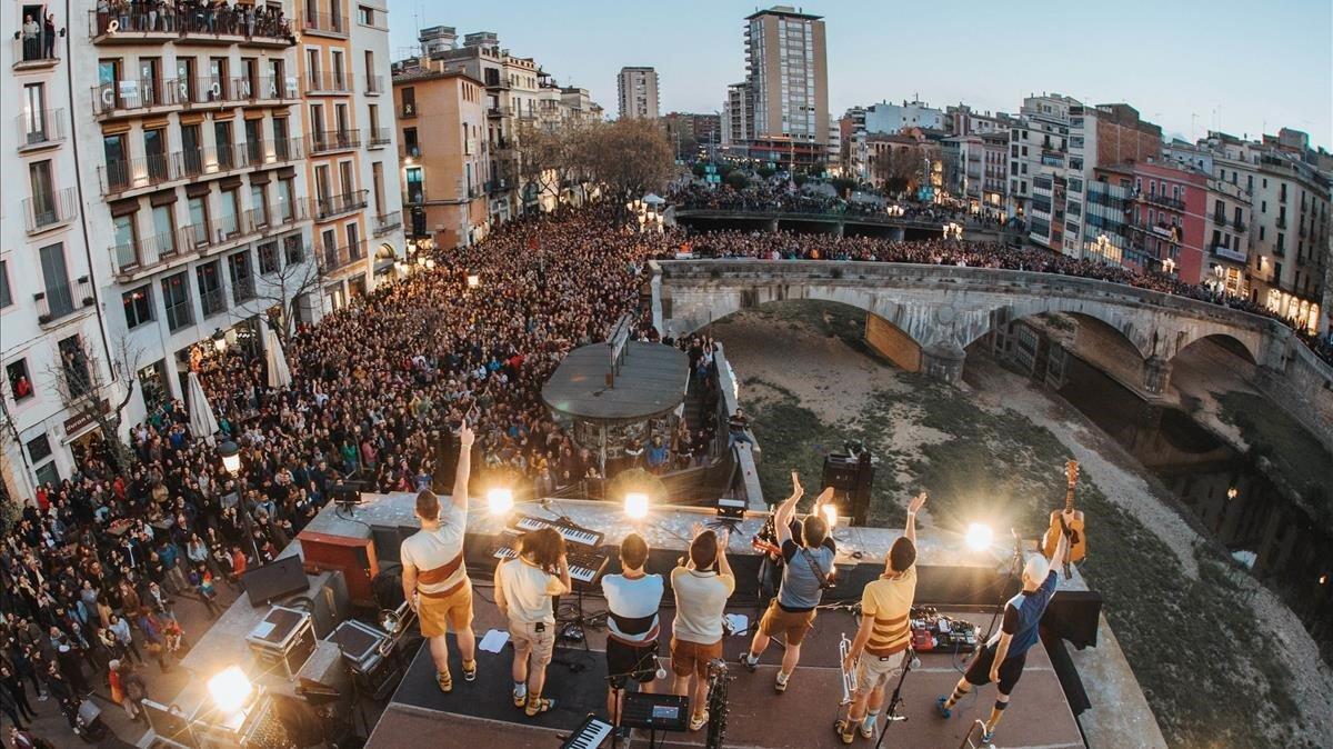 Concierto deOques Grasses en el centro de Girona.