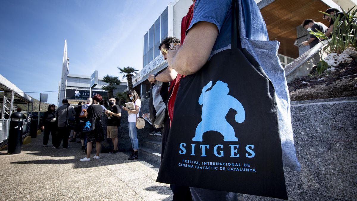 Personas haciendo cola para entrar al Festival de Sitges 2021.