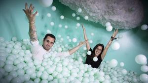 Víctor Martínez y Alba Prat, socios de The Set Lab, posan en uno de los decorados de su estudio.