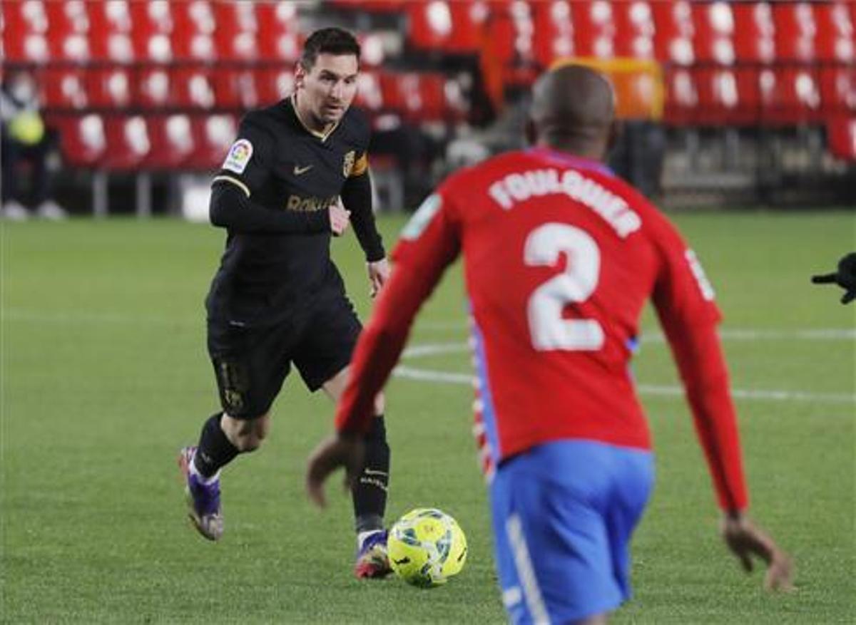 Messi encara a Foulquier en el Nuevo Los Cármenes