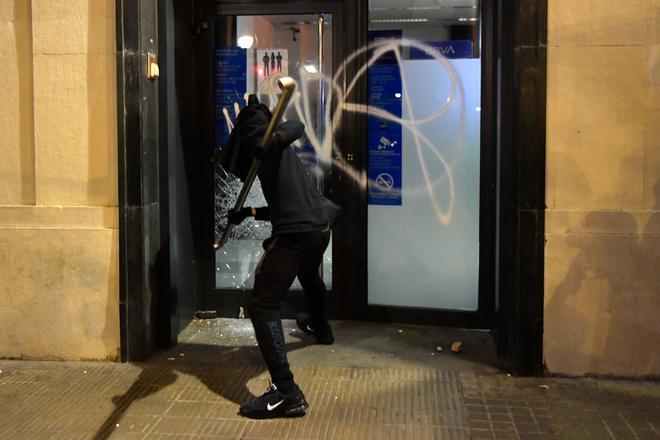 Grupos violentos destrozan el cristal de un cajero automático en Barcelona