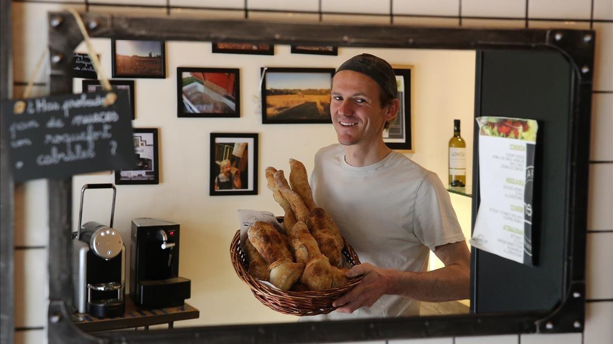 El panadero Benjamin Brabant, en su panadería de Barcelona.
