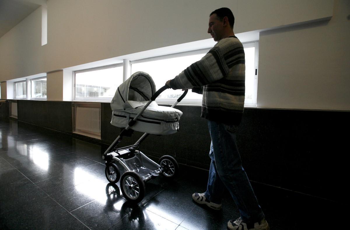 Un padre durante su permiso de paternidad.