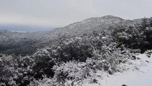 El Vallès y el Turó de l'Home vistos desde el Turó de Sant Elies, con una débil nevada.