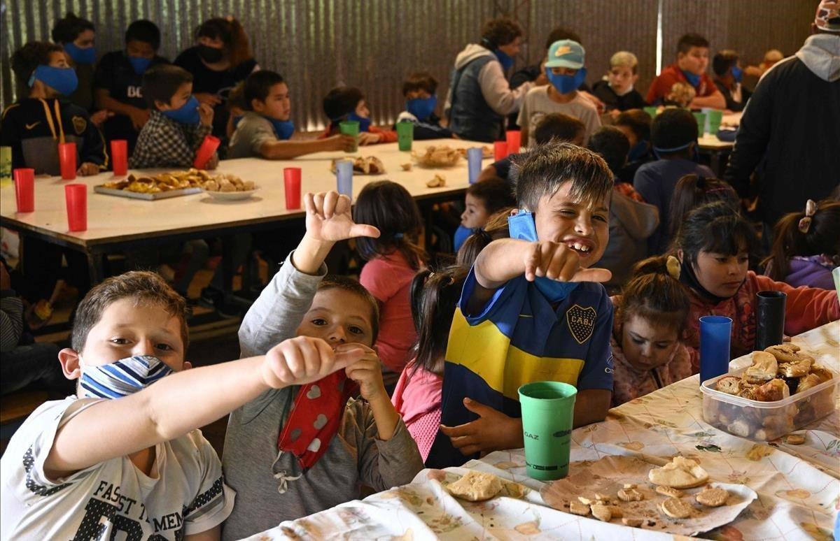 Niños merendando en un restaurante de José C. Paz.