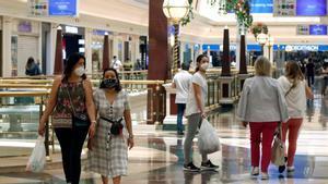 Varias personas en el centro comercial Gran Vía 2 de Barcelona.