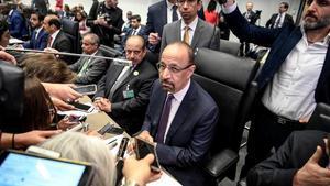 Jalid añ-Falih atiende a la prensa en Viena.