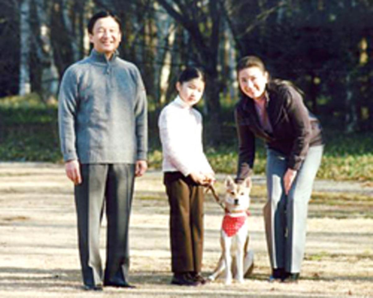 La princesa japonesa Aiko posa con sus padres, Naruhito y Masako, en los jardines de palacio, el pasado enero.